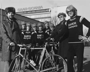 1970-talet var cyklingens årtionde i Linköping. Här är det framgångsrika Saab-laget som dominerade cykelsporten under andra halvan av 1970-talet.