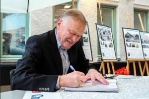 Elfström signerar, foto Hedda Themner Corren